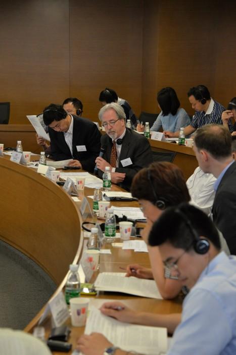 睿博能源智库中国项目主任弗雷德里克·韦斯顿主持有关电力行业改革挑战和机遇的对话讨论。