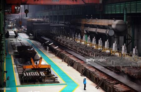 河北唐山,炼钢厂里的一名工人。