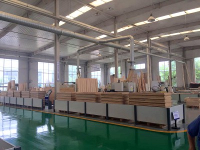 图为保定奥润顺达窗业集团,为北京中国建筑研究院生产了近零能耗示范楼所用的三层隔热窗。