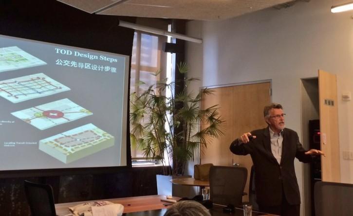 城市规划师彼得·卡尔索普在旧金山的能源基金会畅谈中国城市可以如何采纳公交先导区理念来实现繁荣发展。
