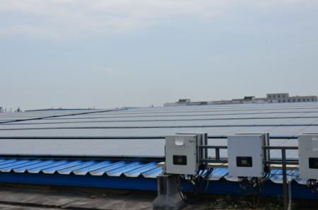 邯郸纺织公司安装屋顶太阳能板,节约能源开支,支持地方就业。图中的太阳能电池板能满足工厂电力需求的大约7-8%。