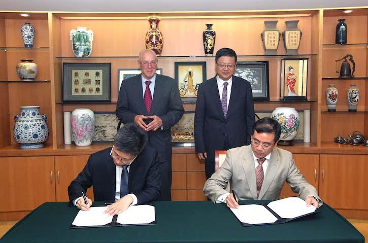 在亨利·保尔森和陈吉宁的见证下,保尔森基金会北京代表处首席代表于江和 环境保护部对外合作中心主任陈亮分别代表双方签署双边合作备忘录。