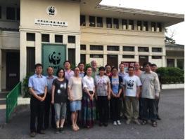 学员和教员在米埔自然保护区斯科特野外研习中心门外合影。