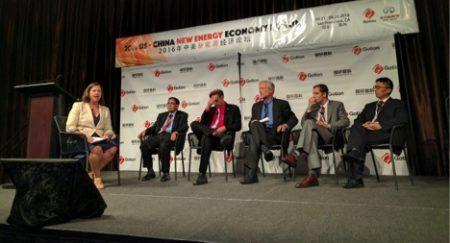 保尔森基金会副主席成可黛在中美新能源经济论坛上主持有关中美能源政策合作的专题讨论
